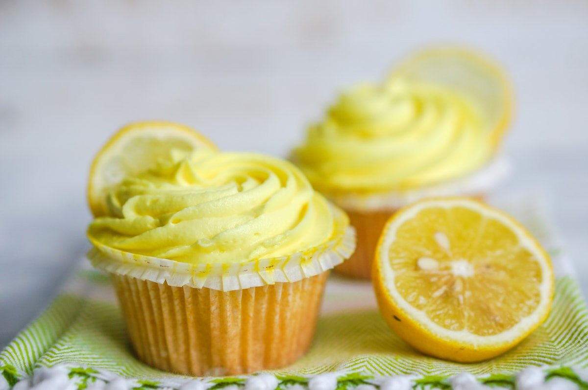 lemon buttercream frosting cupcakes